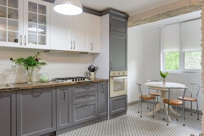 Eye-Catching Two-Tone Finish For Kitchen Cabinets