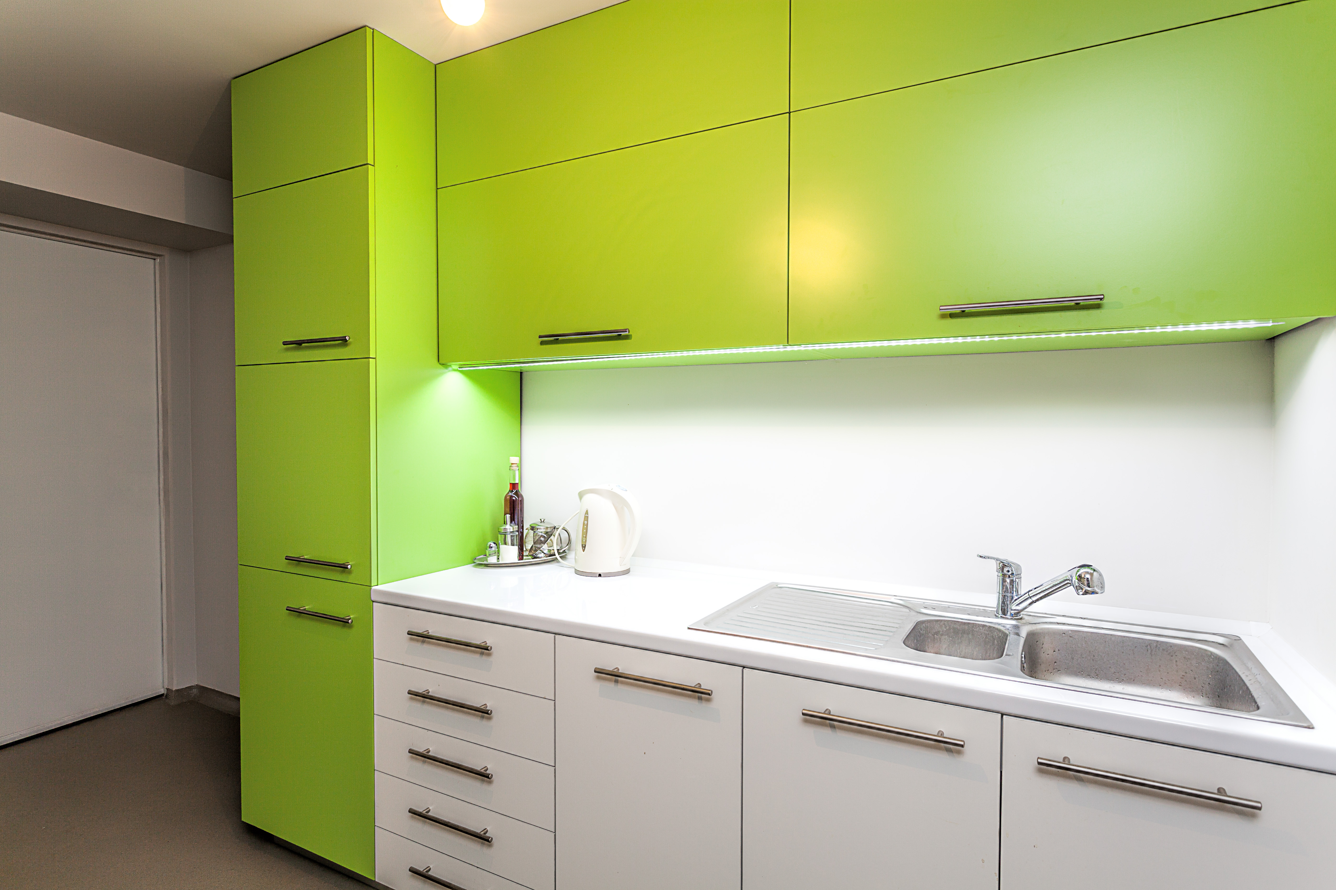 A modern kitchen with slab style wall cabinets and base cabinets.