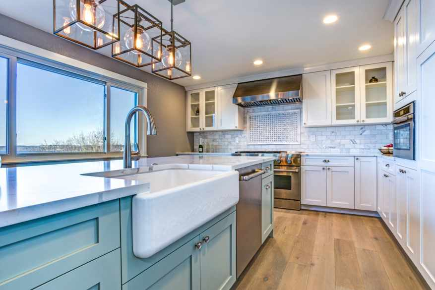 A farmhouse style kitchen with matching shaker cabinet doors and shaker 5-piece drawer fronts.